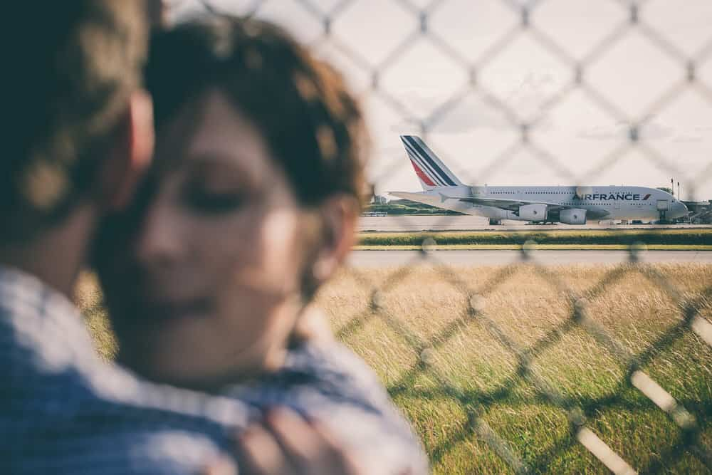 séance photo de couple à l'aéroport cdg