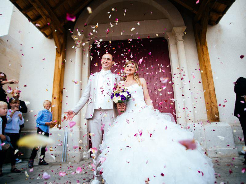 idées shooting photo mariage sortie d'église
