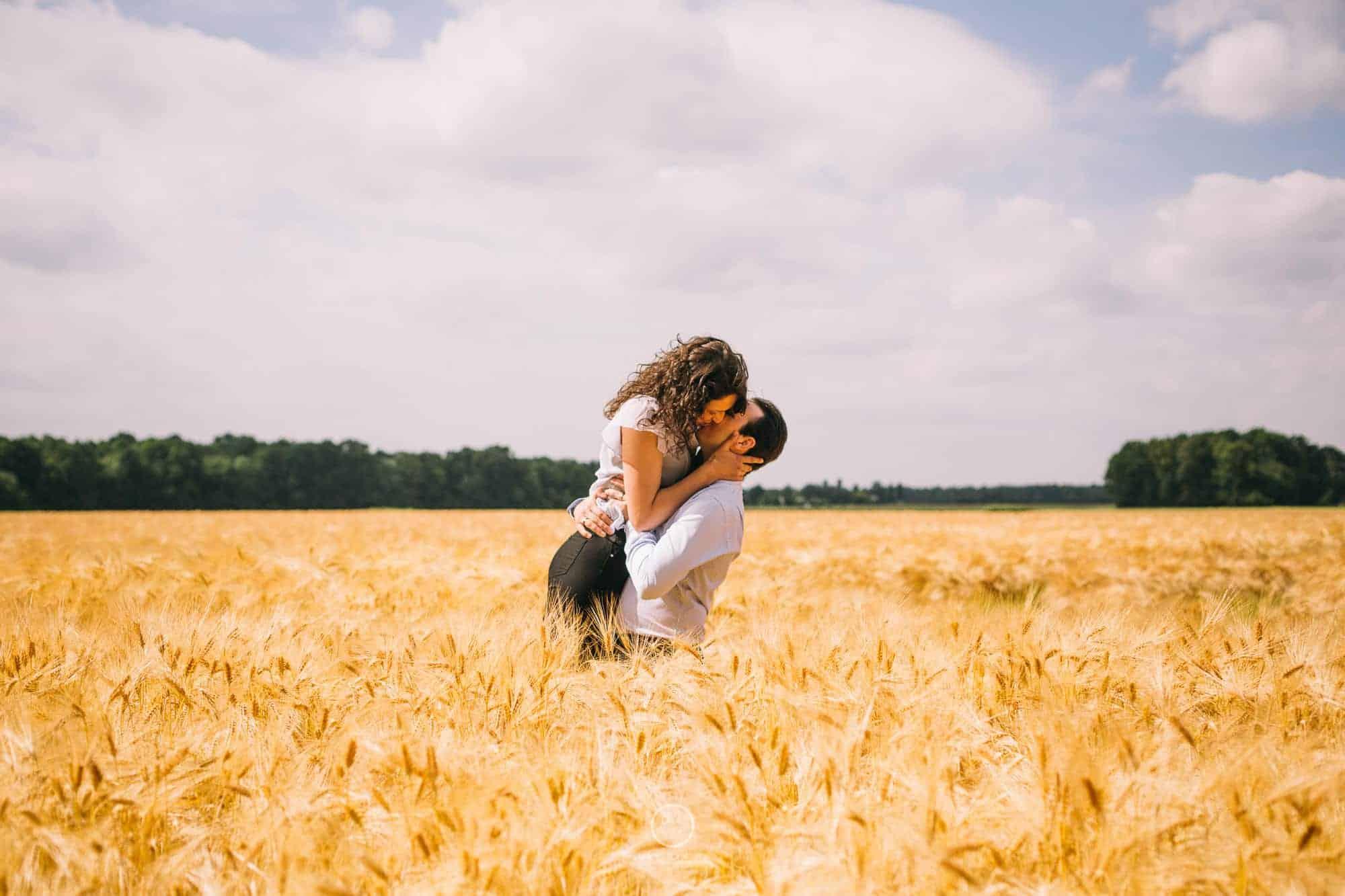 séance photo couple dans les champs