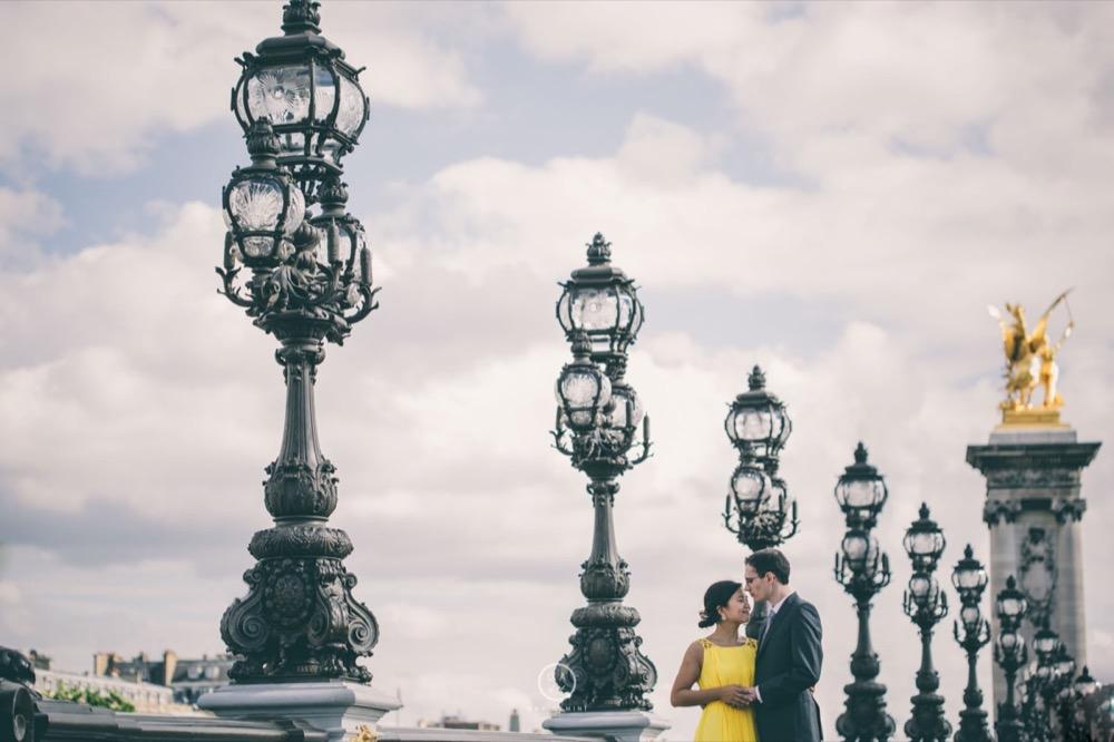 Séance couple romantique sur les quais de Seine à Paris