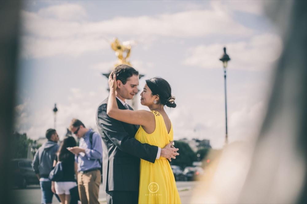 Séance couple sur les quais de Seine à Paris