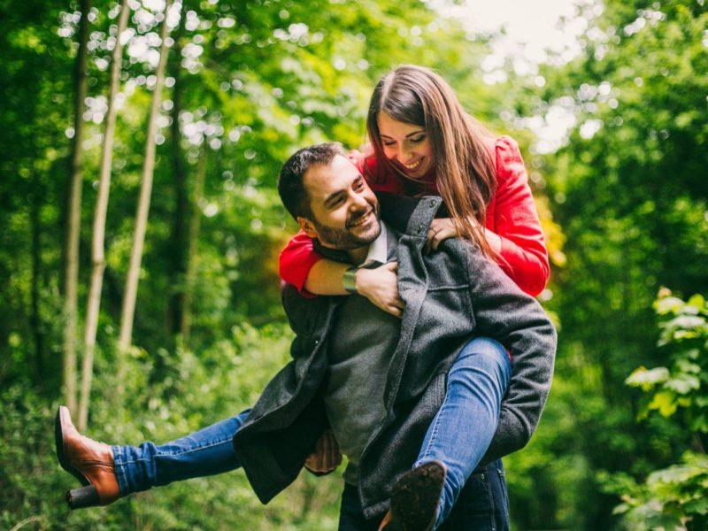 Une séance photo romantique avec un magnifique couple en forêt urbaine !