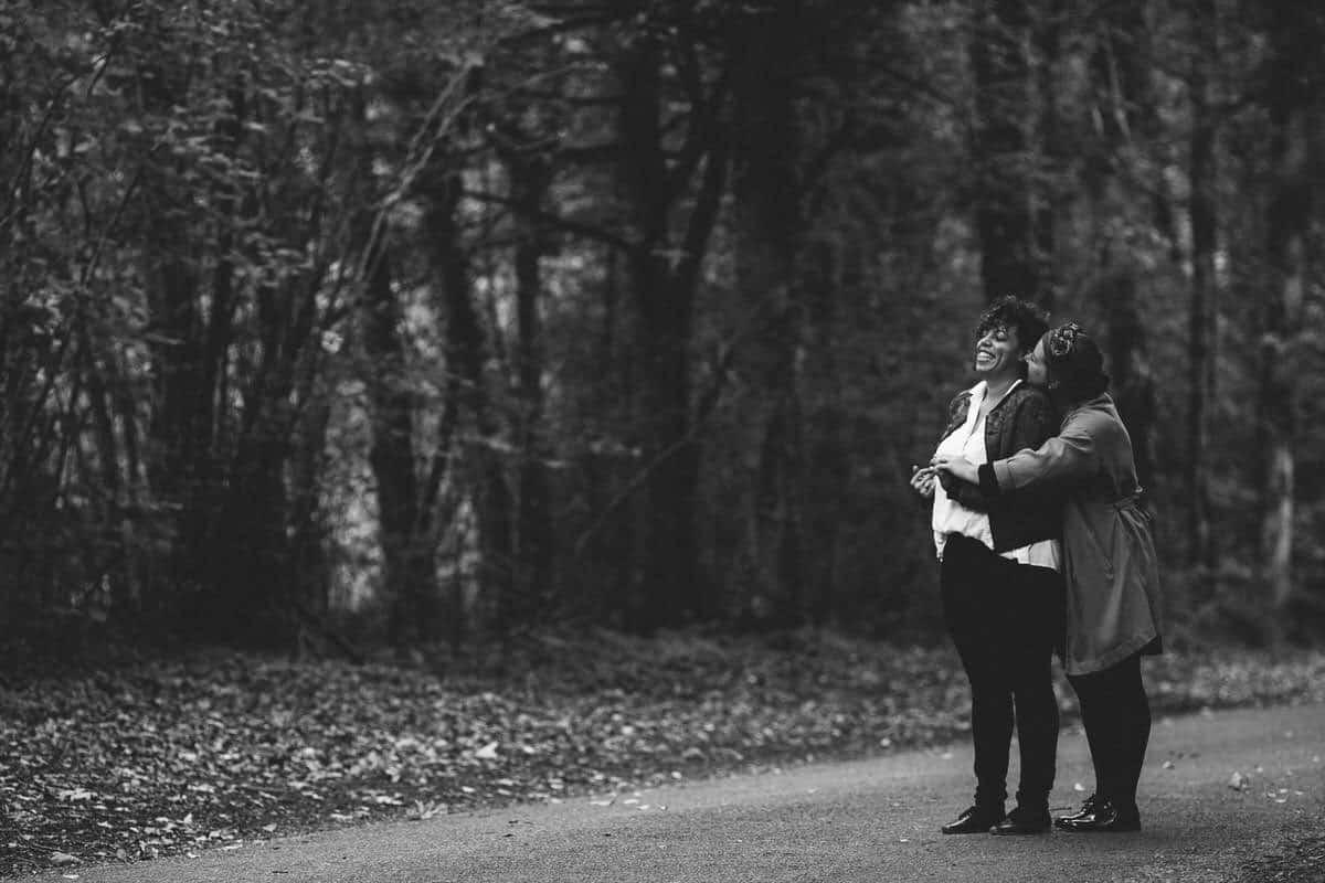 photographe de couple lgbt en forêt