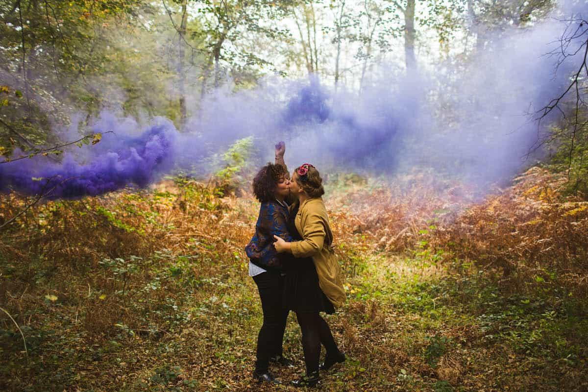 photo de couple lgbt en forêt