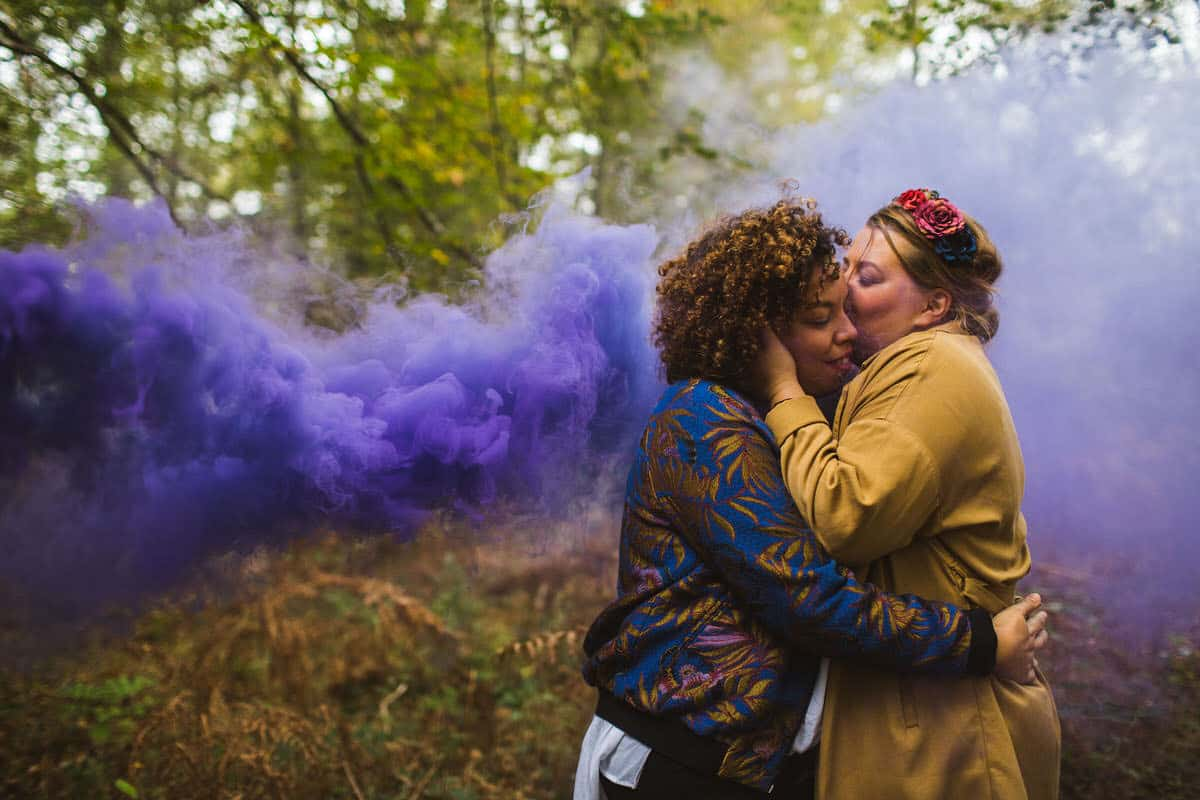 photo de couple lgbt en forêt