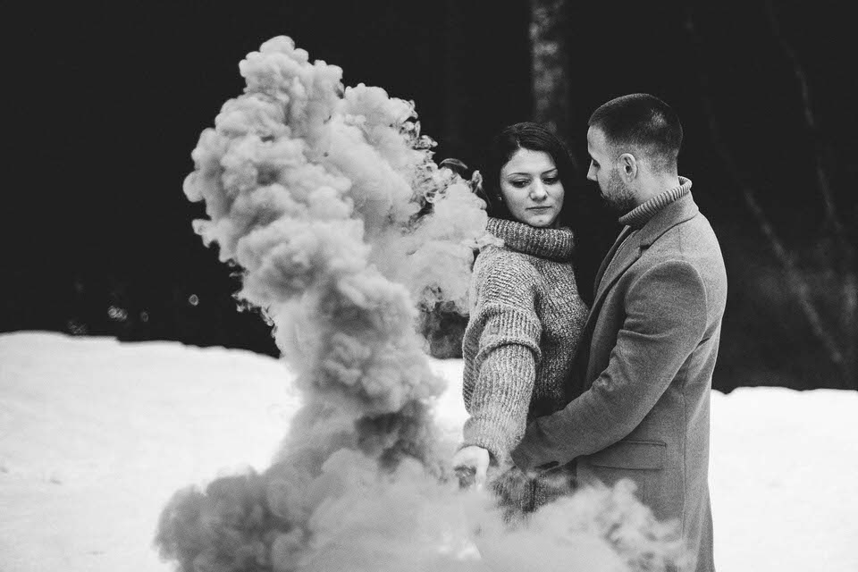 Shooting photo couple fumigènes à la montagne - love session à Gérardmer