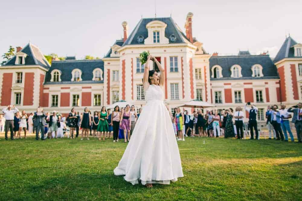 Photos lancer de bouquet mariage au château du Monceau à Liverdy-en-Brie