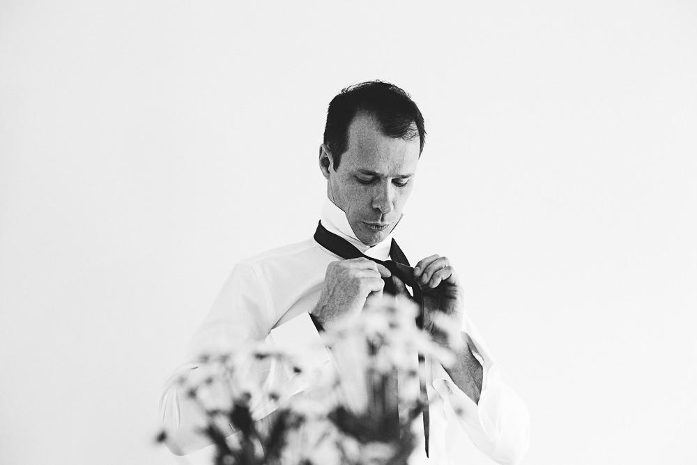 préparatifs du marié en noir et blanc